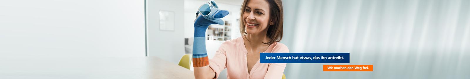 Frau mit Socke als Handpuppe